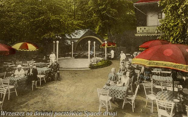 """Taras widokowy Café Zinglershöhe - widoczny specjalny parkiet do tańca pod gołym niebem oraz podest dla muzyków; druga połowa lat 20. XX wieku. [źródło: """"Wrzeszcz na dawnej pocztówce. Spacer drugi""""]"""