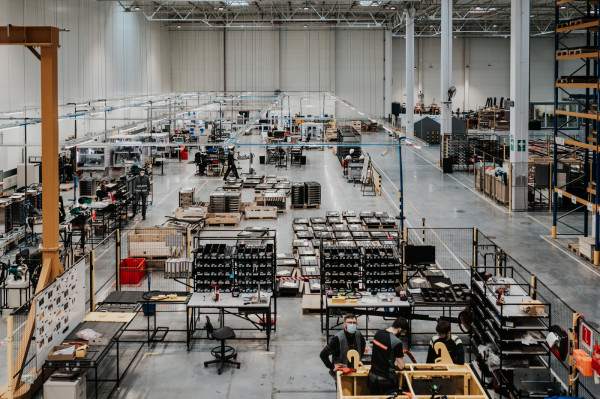 W Gdańsku odbywa się montaż ogniw w moduły, a te w bardziej zaawansowane systemy bateryjne i magazyny energii. To proces czysty ekologicznie, do którego wykorzystywany jest wysoce zautomatyzowany park maszynowy.