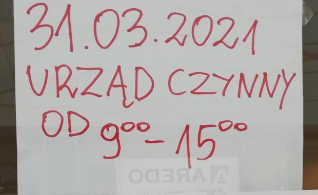 Informacja o skróceniu godzin pracy wywieszona na drzwiach poczty w CH Morena. Nasz czytelnik kilkukrotnie spotykał się tam z taką sytuacją.