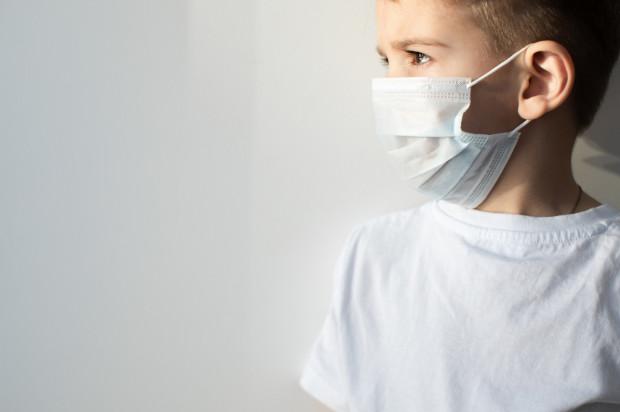 Dzieci nie należą do grup ryzyka ciężkiego przebiegu COVID-19, jednak specjaliści apelują o czujność i nieodwlekanie wykonania testu.