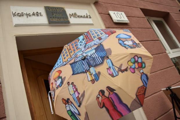 W Galerii Sztuk Różnych znajdziemy autorskie fotografie Kosycarzy, ich albumy oraz malarstwo Magdy Benedy na płótnie, porcelanie, walizkach, parasolkach i jedwabiu.