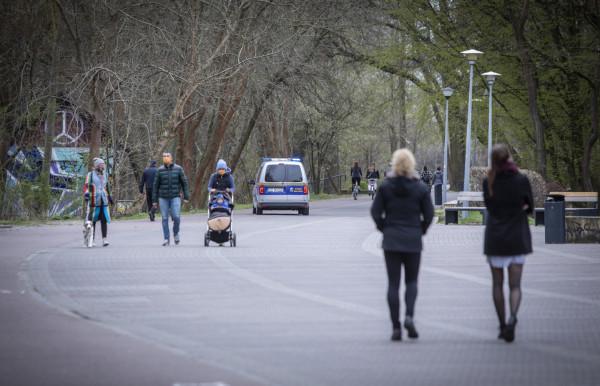 Straż miejska patroluje alejki nadmorskie w okolicy mola w Brzeźnie. Mieszkańcy chcieliby jednak stałej obecności mundurowych na terenie dzielnicy.
