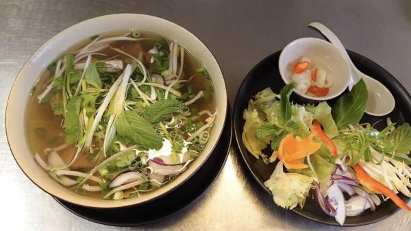 Kolorowa od warzyw zupa na bulionie z dodatkiem sosu rybnego  nie dość, że bardzo lekka, to jeszcze jest prawdziwą bombą witaminową.