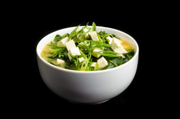 Zupa miso to tradycyjna zupa japońska. Na zdjęciu podana z wakame i tofu.