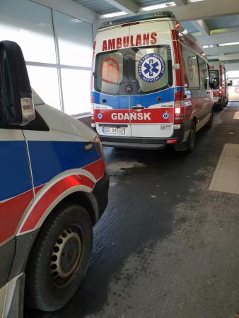 Karetki czekają w kolejkach do szpitali czasem po kilka godzin.