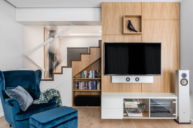 W zrealizowanym w gdyńskim wnętrzu wydaniu stylu mid-century modern zagospodarowana została przestrzeń pod schodami.