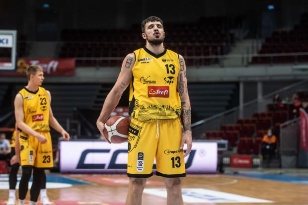 Dominik Olejniczak był bohaterem poprzedniego meczu ze Śląskiem. W środę zaliczył 12 pkt i 12 zbiórek, ale po jego stracie wrocławianie zdobyli punkty na zwycięską dogrywkę.