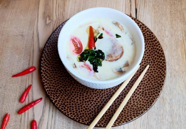Mleczko kokosowe nadaje aksamitnego smaku i często możemy spotkać je w tajskiej kuchni.