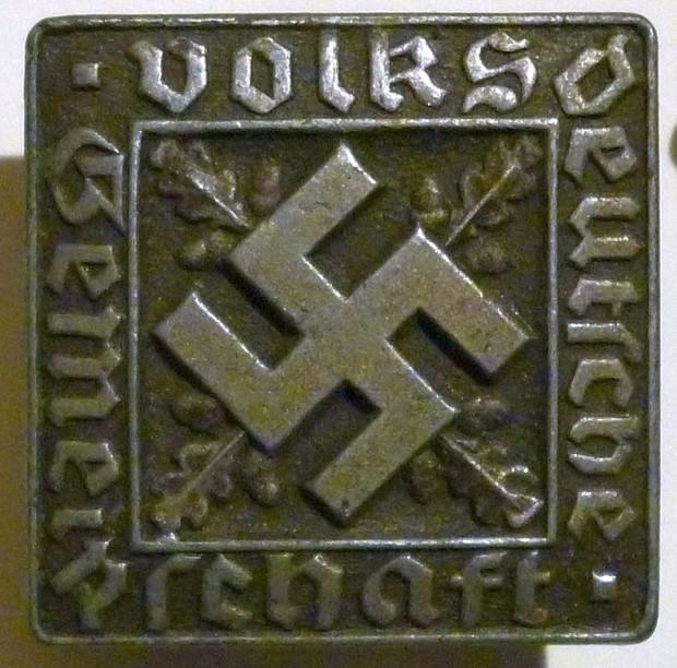 Odznaka noszona przez niektórych członków wspólnoty (gemainschaft) volksdeutschów, czyli tych, którzy zostali wpisani na niemiecką listę narodowościową w najwyższej kategorii.