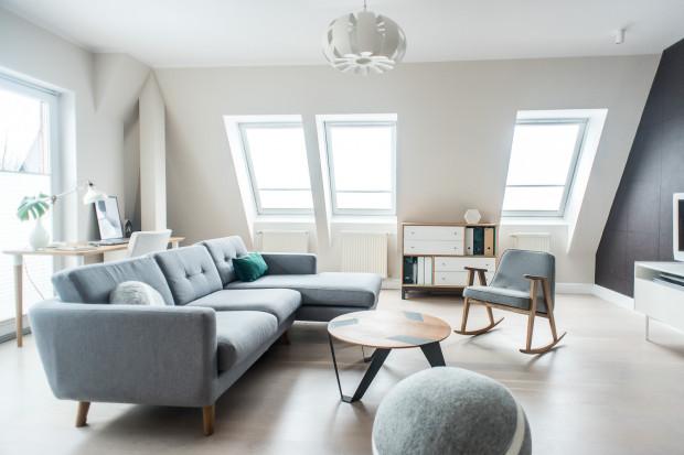 Przykładem wnętrza w stylu mid-century modern jest mieszkanie w Gdyni zaprojektowane przez Studio Besign.