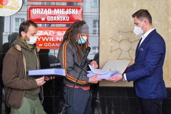 Pod koniec marca aktywiści z Zielonej Fali złożyli wniosek ws. przeprowadzenia konsultacji społecznych. Podpisało się pod nim ponad 7 tys. mieszkańców.