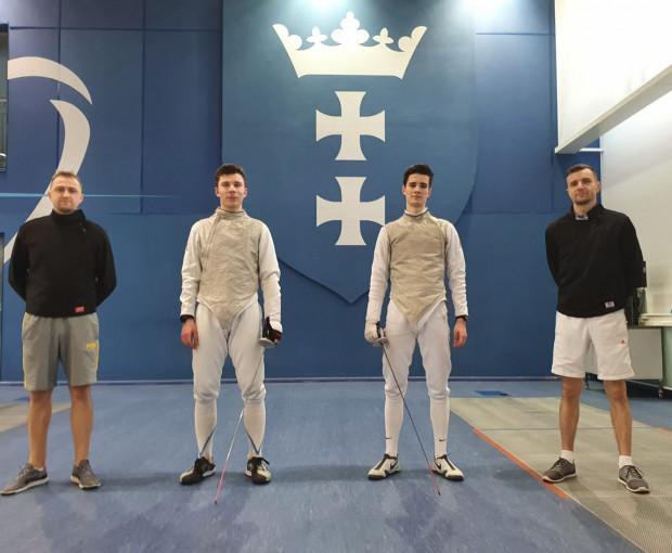 Adam Podralski i Adam Jakubowski, członkowie czwartej drużyny floretowej juniorów na świecie wraz z trenerami klubowymi: Radosławem Glonkiem i Andrzejem Witkowskim.