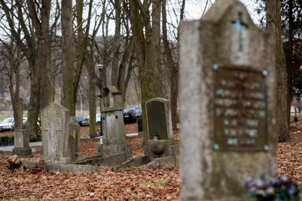 Na zdjęciu groby położone w kwaterze pomiędzy ul. Słowackiego a kościołem Matki Boskiej Nieustającej Pomocy.