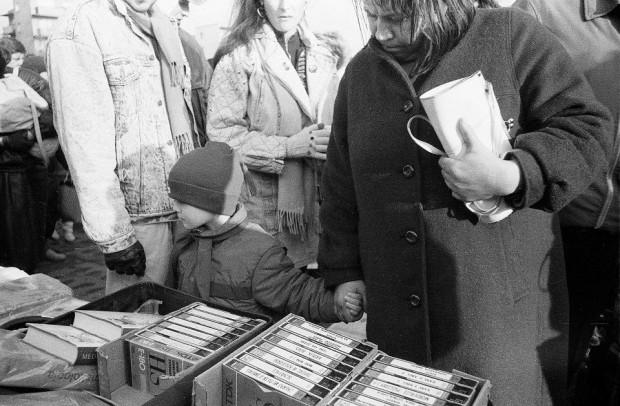 W drugiej połowie lat 80. ogromną popularnością cieszyły się pirackie nagrania filmów na kasetach VHS.
