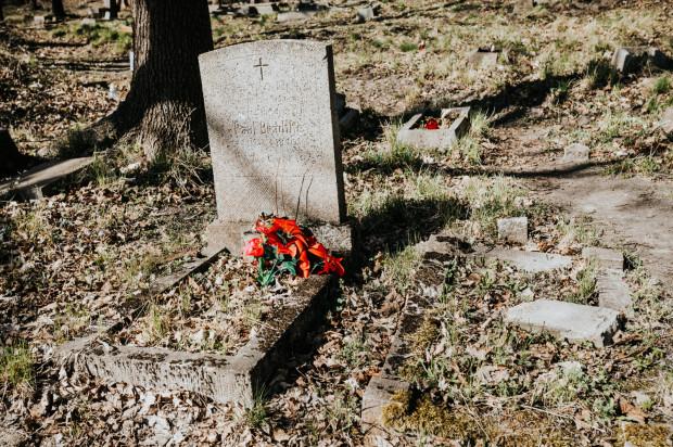 Na zdjęciu groby położone w kwaterze za kościołem, gdzie znajdują się m.in. pochówki dzieci.