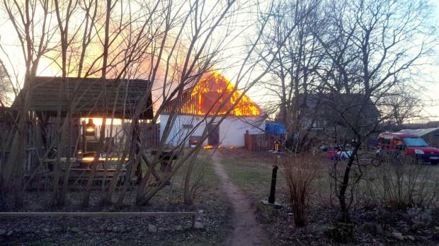 Ogień strawił koziarnię, serowarnię i przylegające budynki.