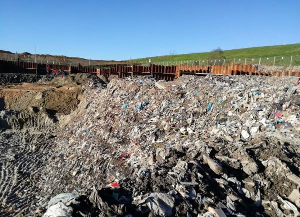 WIOŚ ustalił, że na terenie budowy spalarni nielegalnie wykopano blisko 364 tys. ton śmieci.
