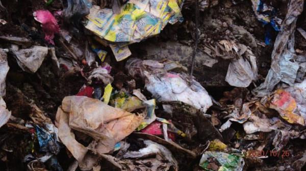 Zdjęcie wydobytych odpadów z terenu budowy spalarni wykonane podczas kontroli WIOŚ w październiku ubiegłego roku.
