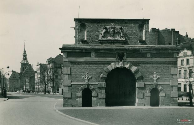 Brama Długich Ogrodów - po wojnie niesłusznie przemianowana na Żuławską - na zdjęciu z połowy lat 30.
