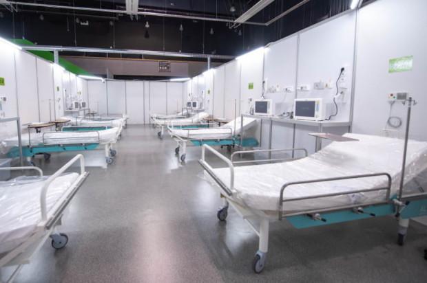 Specjalny system zgłoszeń obowiązuje natomiast w Szpitalu Tymczasowym, który funkcjonuje w halach Amber Expo. Tutaj to lekarz oddzwania do rodziny.
