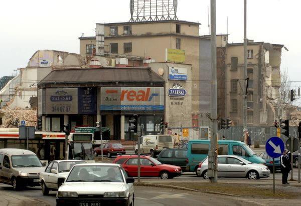 Rok 2006, skrzyżowanie al. Grunwaldzkiej i ul. Kościuszki. Dawne tereny i budynki m.in. Zakładów Przemysłu Cukierniczego Bałtyk. W tym miejscu znajduje się obecnie Galeria Bałtycka.