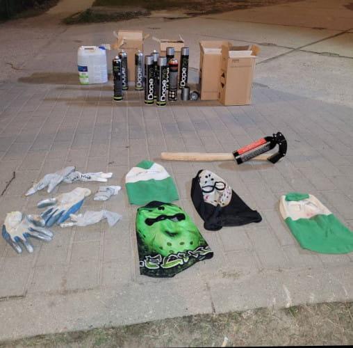 Przy zatrzymanych mężczyznach znaleziono kominiarki w barwach Lechii, miotacz ognia, rękawiczki i spreje.