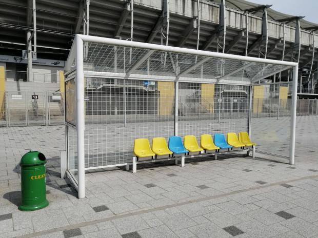 W środę rano oczyszczono pomazaną bramkę i mural przy stadionie.