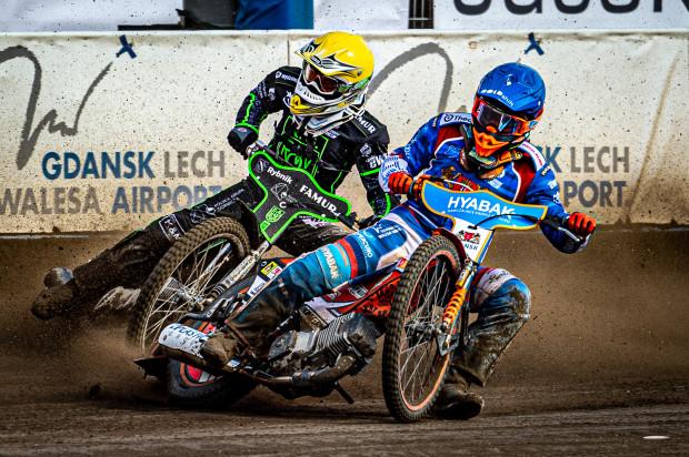 Krystian Pieszczek (kask niebieski w walce z Rune Holtą) przyznaje, że zawalił mecz z ROW Rybnik. Jednocześnie kapitan Wybrzeża uważa, że wykluczenie go z pierwszego wyścigu wypaczyło końcowy wynik spotkania.