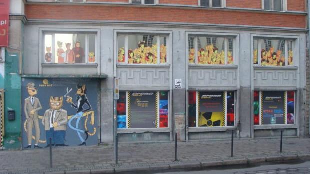 Fasada wymalowana w rude koty miała zapowiedzieć kolejne otwarcie klubu.