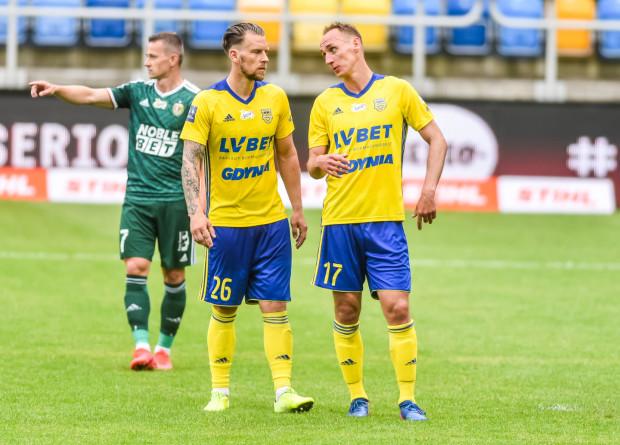 Adam Marciniak (z prawej) zamienił zimą Arkę na ŁKS, ale wciąż utrzymuje stały kontakt z kolegami z byłej drużyny. Dlatego też przed piątkowym spotkaniem ci zdążyli już zażartować, że absencja spowodowana kartkami to dla niego wygodne rozwiązanie. Na zdjęciu były kapitan żółto-niebieskich z Adamem Danch.