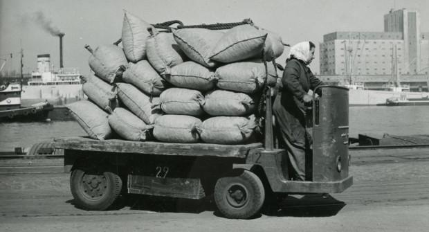Kobiety na traktory? Nie tylko! W latach 1950-1956 w Porcie Gdynia prowadziły też wózki akumulatorowe.