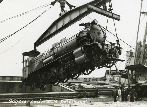 Parowóz ładowany na statek. Zdjęcie wykonane w latach 1930-1939. Autor nieznany.