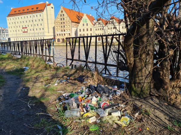 Śmieci nad Motławą.