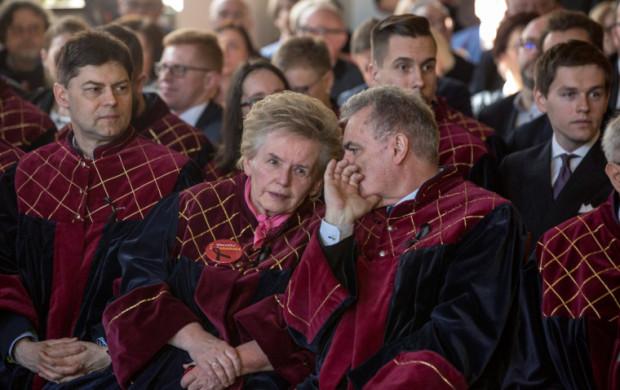 Teresa Wasilewska, wiceprzewodnicząca Rady Miasta Gdańska (w środku), zaapelowała do rad dzielnic o zwrot części budżetów. Pieniądze miałyby wesprzeć walkę z koronawirusem.