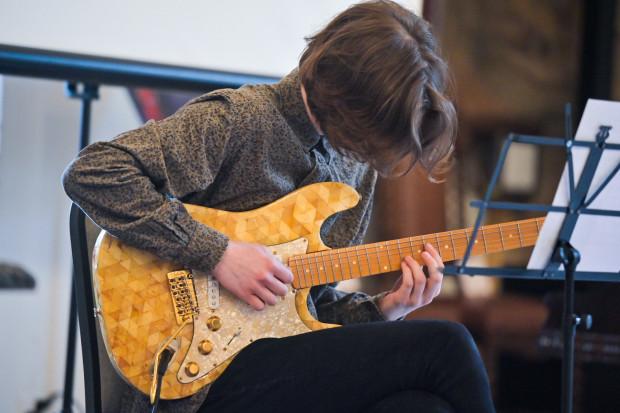 Jazzowe kompozycje na bursztynowym Fenderze Stratocaster zagrał Krzysztof Hadrych,  gitarzysta, producent muzyki elektronicznej i kompozytor.