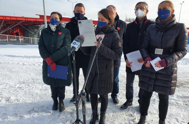 W lutym członkowie Pomorskiego Zespołu Parlamentarnego - wśród nich Małgorzata Chmiel (po lewej stronie) - apelowali o przyspieszenie prac nad ustawą metropolitalną.