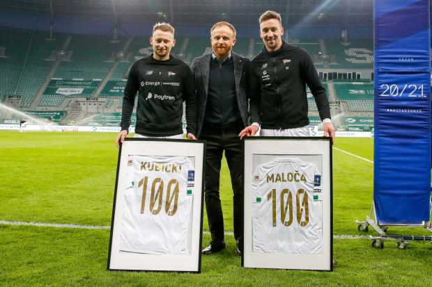 Jarosław Kubicki (z lewej) i Mario Maloca (z prawej) niedawno dołączyli do grona piłkarzy, którzy rozegrali ponad sto spotkań w barwach Lechii Gdańsk. Trener Piotr Stokowiec (w środku) poprowadził zespół w 127 spotkaniach.