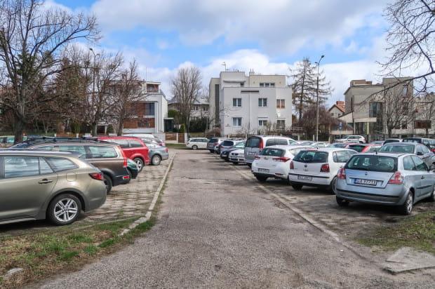 Parking na Kamiennej Górze cieszy się sporym zainteresowaniem kierowców.