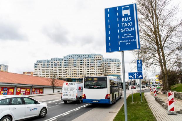 Buspas na ulicy Małokackiej pozwala autobusom uniknąć stania w korkach przed wjazdem na Witomino.