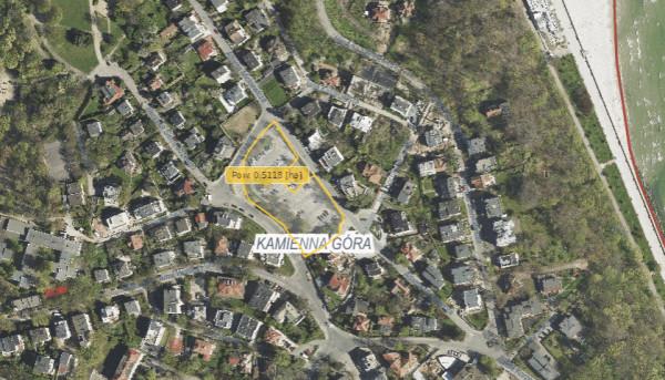 - Zamiast sprzedawać działkę na Kamiennej Górze, lepiej zbudować na niej mieszkania komunalne - pisze Łukasz Piesiewicz.
