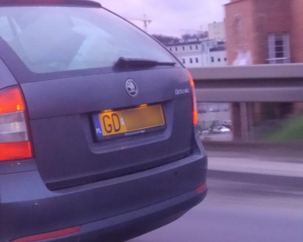 Skoda Octavia z żółtymi, zabytkowymi tablicami rejestracyjnymi? Tak, to możliwe.