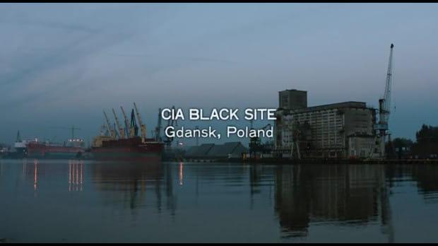 """Kadr, który wywołał spore oburzenie w Polsce, a szczególnie w Gdańsku. Twórcy filmu """"Wróg numer jeden"""" zasugerowali, że to właśnie nad Motławą funkcjonowała jedna z tajnych baz CIA, w których przesłuchiwano więźniów powiązanych z Al-Kaidą."""