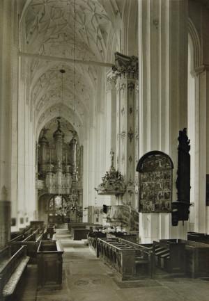Wnętrze kościoła Mariackiego w Gdańsku na zdjęciu wykonanym ok. 1910 r. W tle widać prospekt organowy.