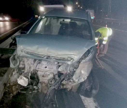 Tak wyglądało auto pijanego 38-latka po dwukrotnym uderzeniu w barierki.