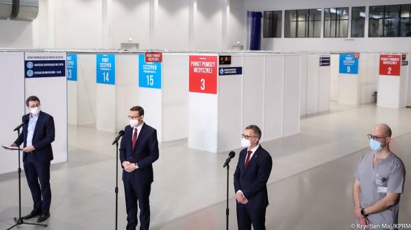 Mateusz Morawiecki odwiedził punkt szczepień masowych w hali centrum sportu Gdańskiego Uniwersytetu Medycznego