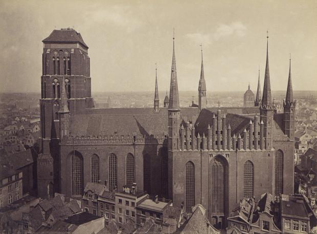 Jedno z pierwszych w historii zdjęć całej sylwetki kościoła Mariackiego w Gdańsku. Fotografia została wykonana w 1878 r. przez Rudolfa Theodora Kuhna.