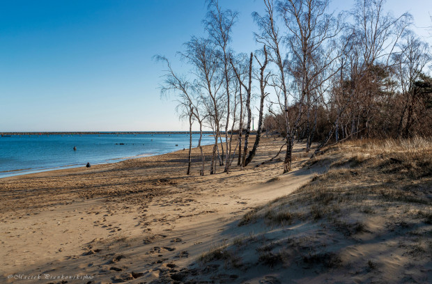 Górki Zachodnie mają przepiękną plażę, która jak tylko zaświeci słońce, wygląda jak wyrwana z pocztówki.
