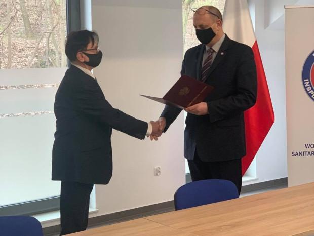 Główny Inspektor Sanitarny wręczył nominację na stanowisko Pomorskiego Państwowego Wojewódzkiego Inspektora Sanitarnego Maciejowi Merkiszowi.