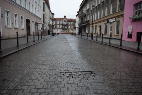 Mimo przeprowadzonej rewitalizacji, ulica nie jest w najlepszym stanie.