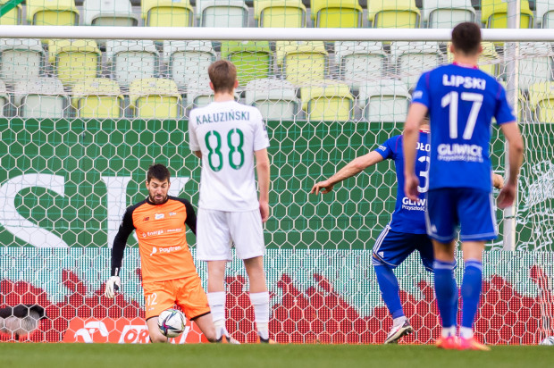 Dusan Kuciak broni strzał z rzutu karnego Tomasza Jodłowca, co jeszcze bardziej spotęgowało emocje w końcówce meczu Lechia Gdańsk - Piast Gliwice (2:2).